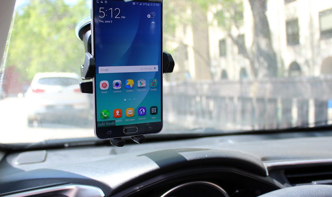 Samsung Galaxy Note 5 mounted in a car