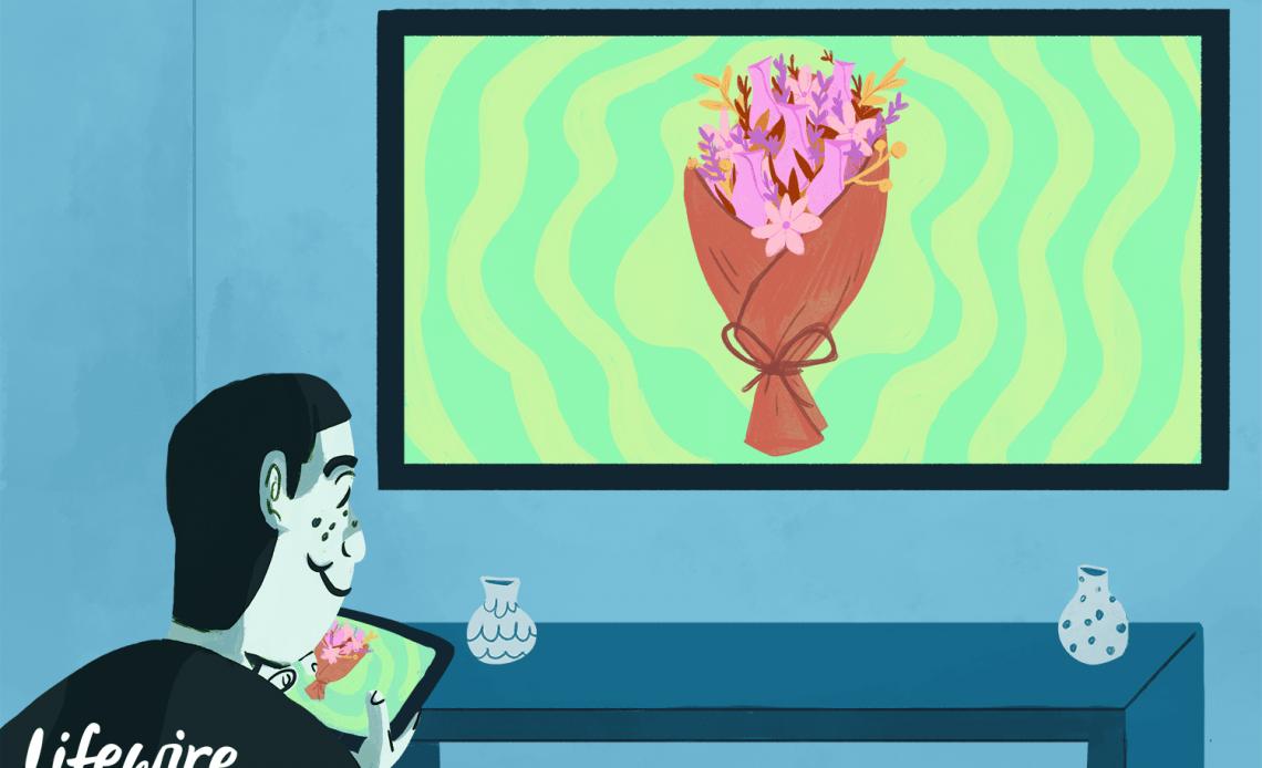 Человек, отражающий показ цветов со своего iPad на большой экран телевизора
