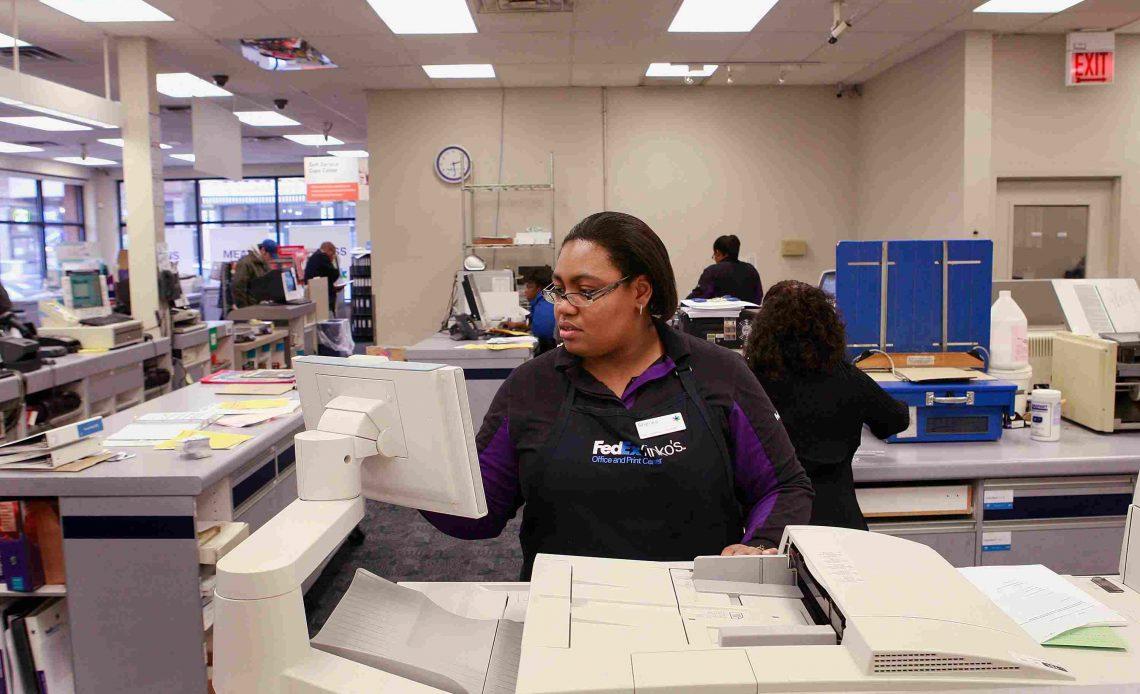 Лица, ищущие работу, пользуются преимуществами бесплатного предложения по печати резюме