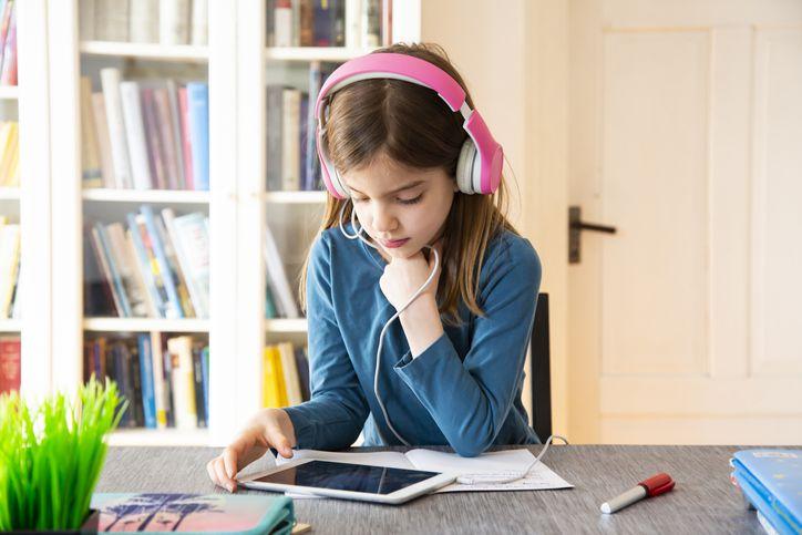 Девушка с помощью iPad