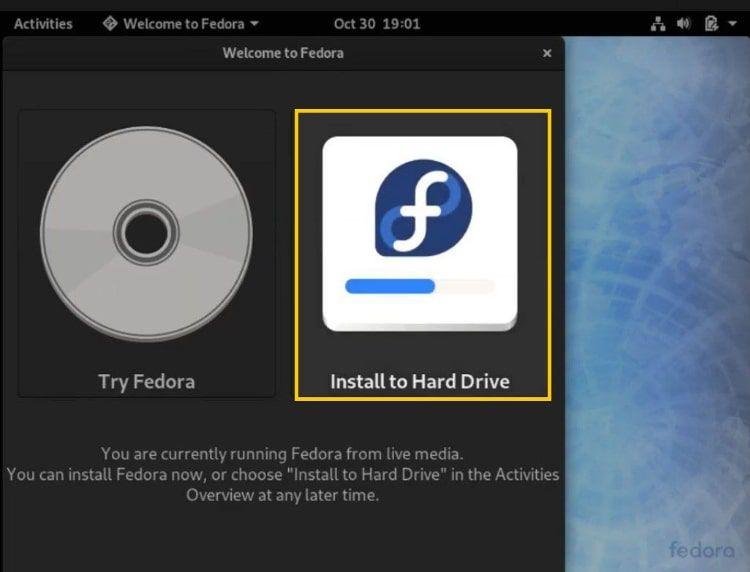 Выберите Установить на жесткий диск на начальном экране Fedora