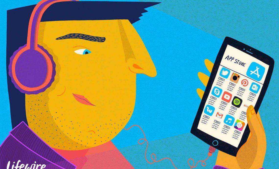 Человек, использующий App Store на своем iPhone