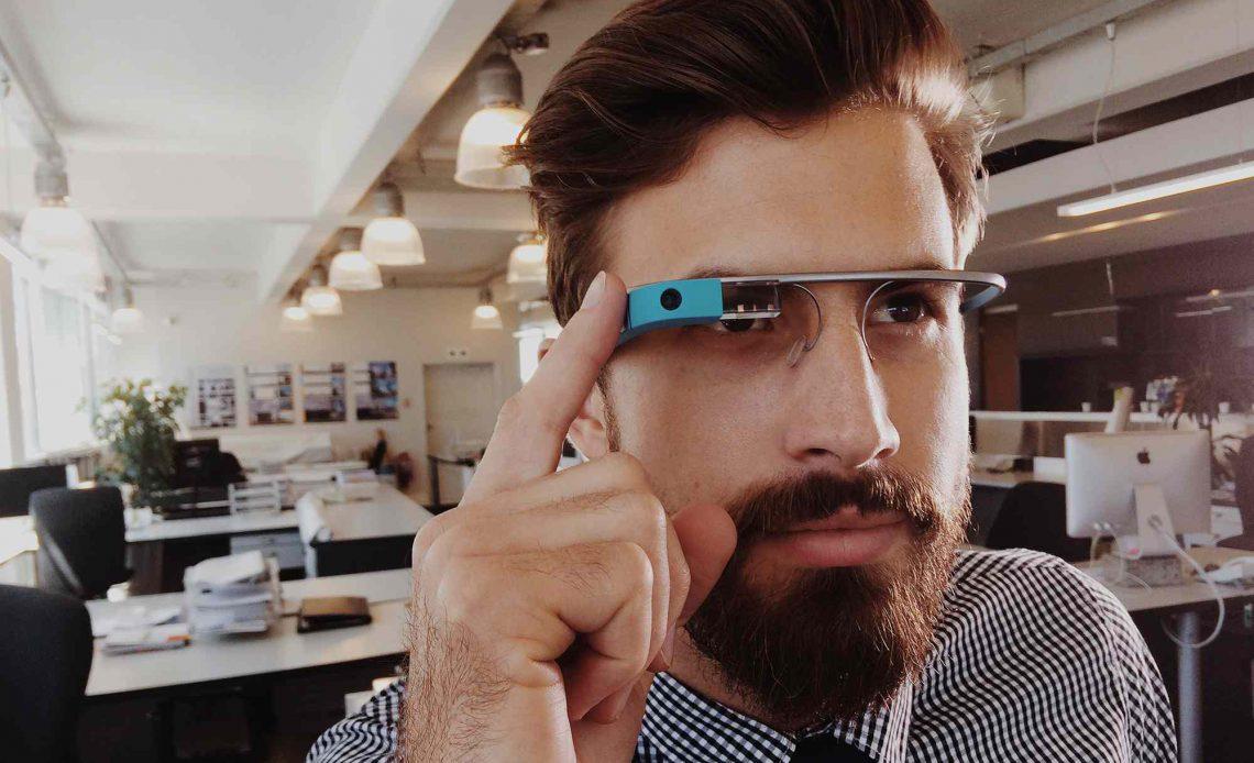 Google Glass носит человек в открытом офисе