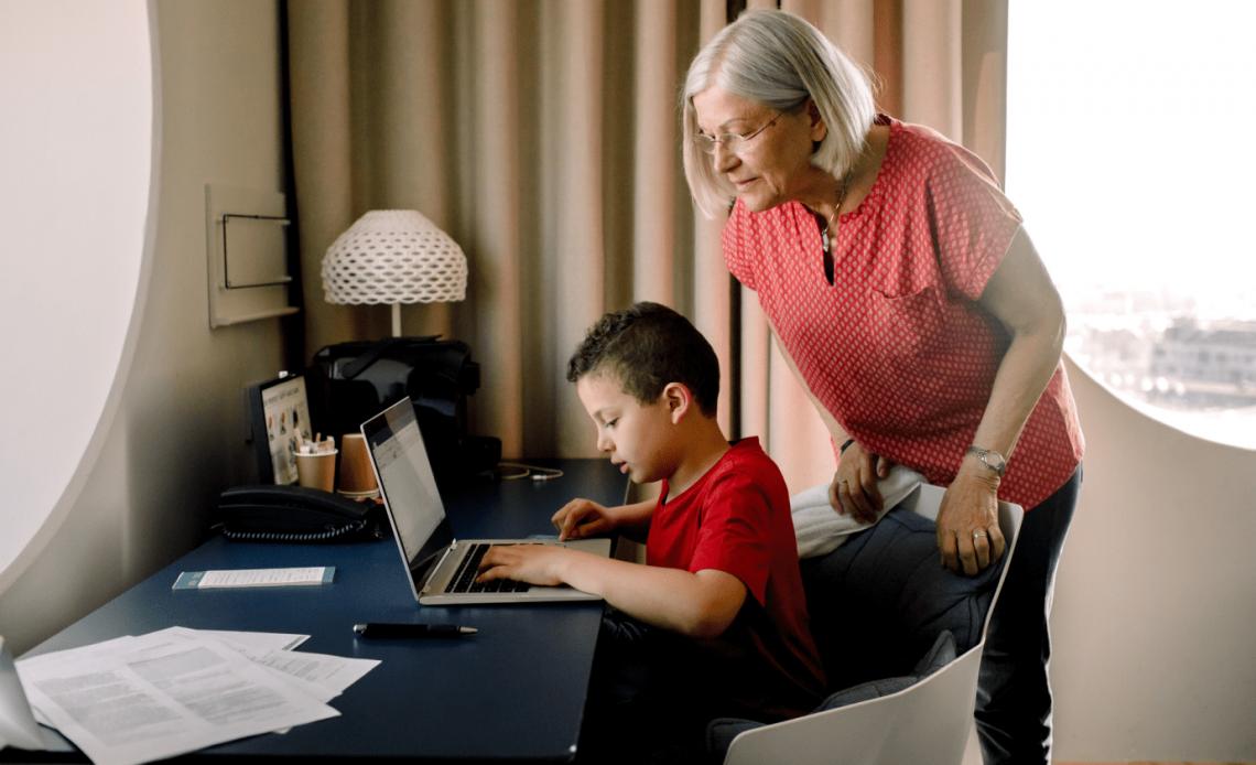 Изображение бабушки, использующей компьютер с ребенком