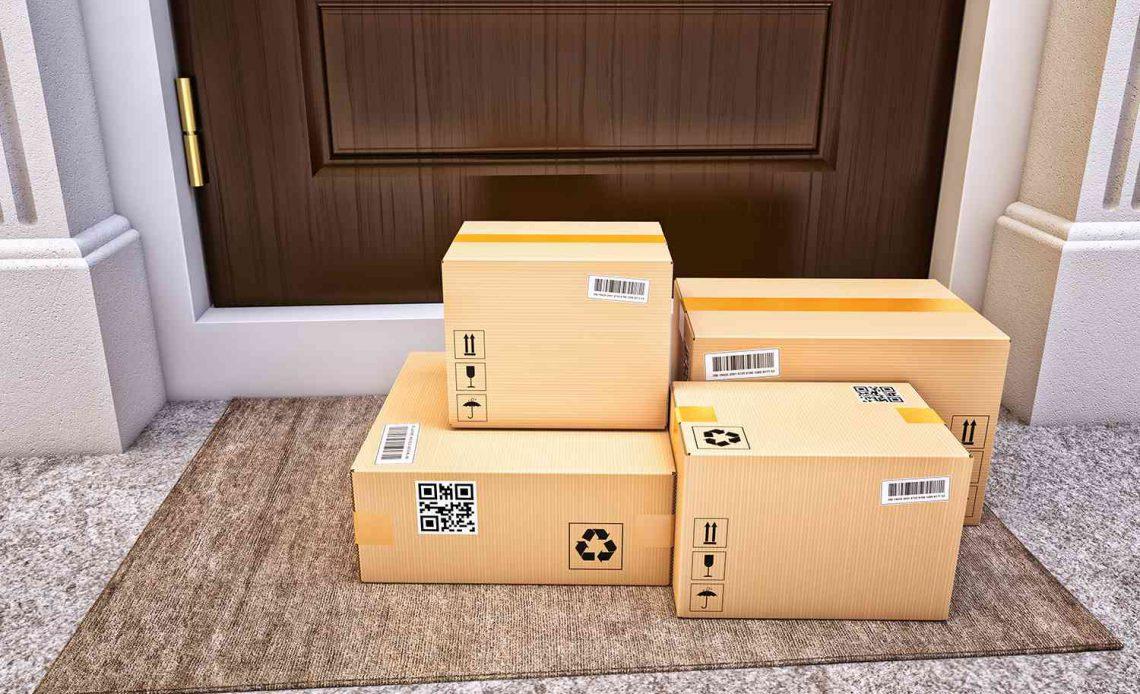 Картонные коробки на коврике у входной двери