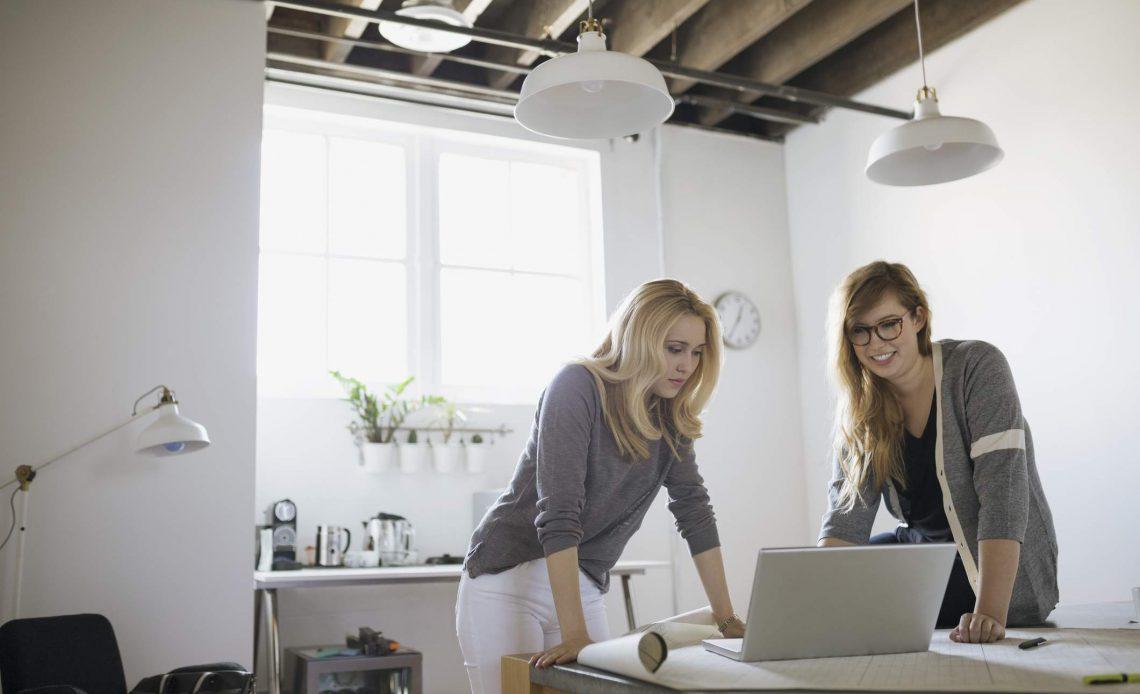 Деловая женщина с ноутбуком в офисе