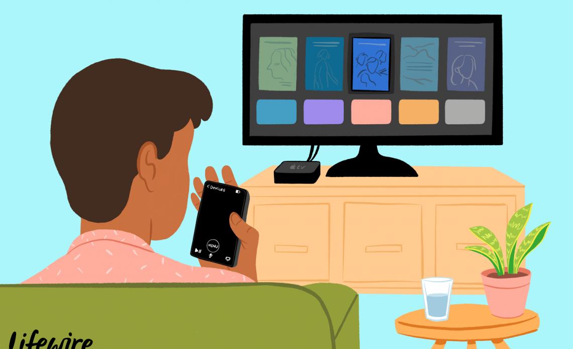 Человек, использующий приложение Remote с Apple TV