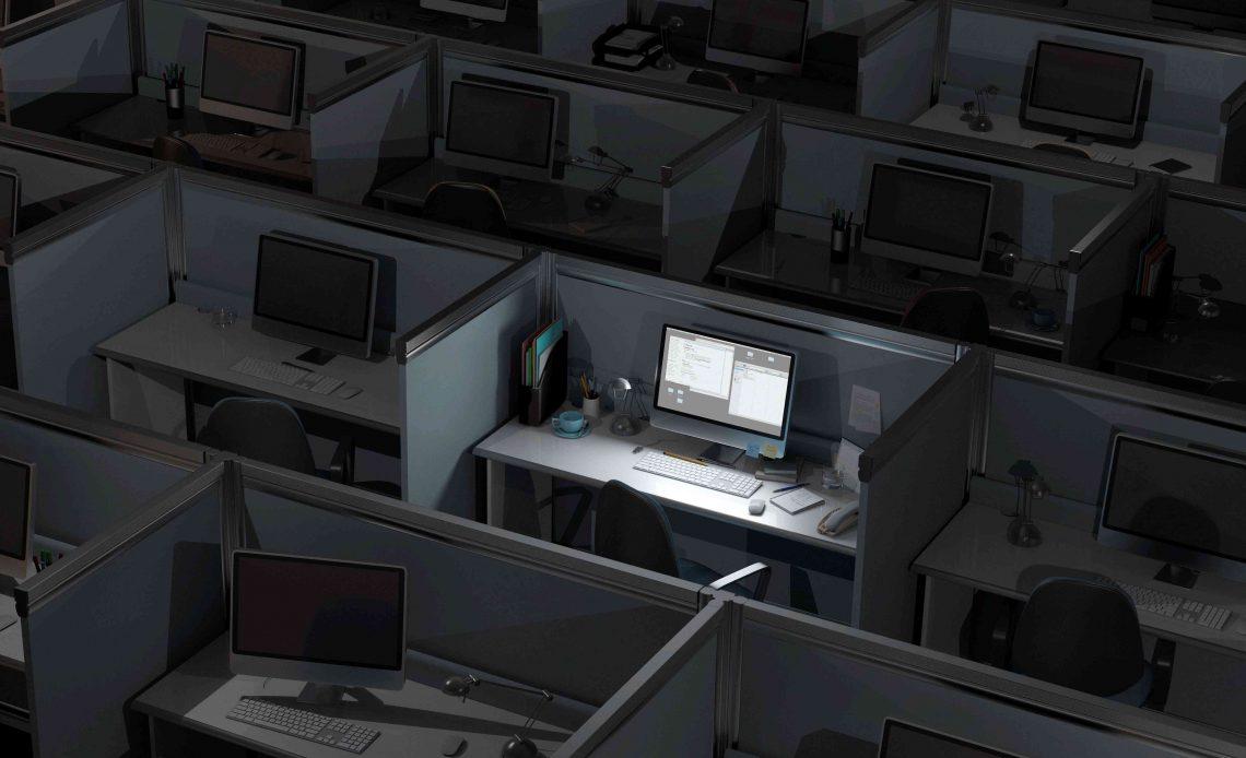 Хижина в ночное время.  один компьютер включен, все остальные выключены.