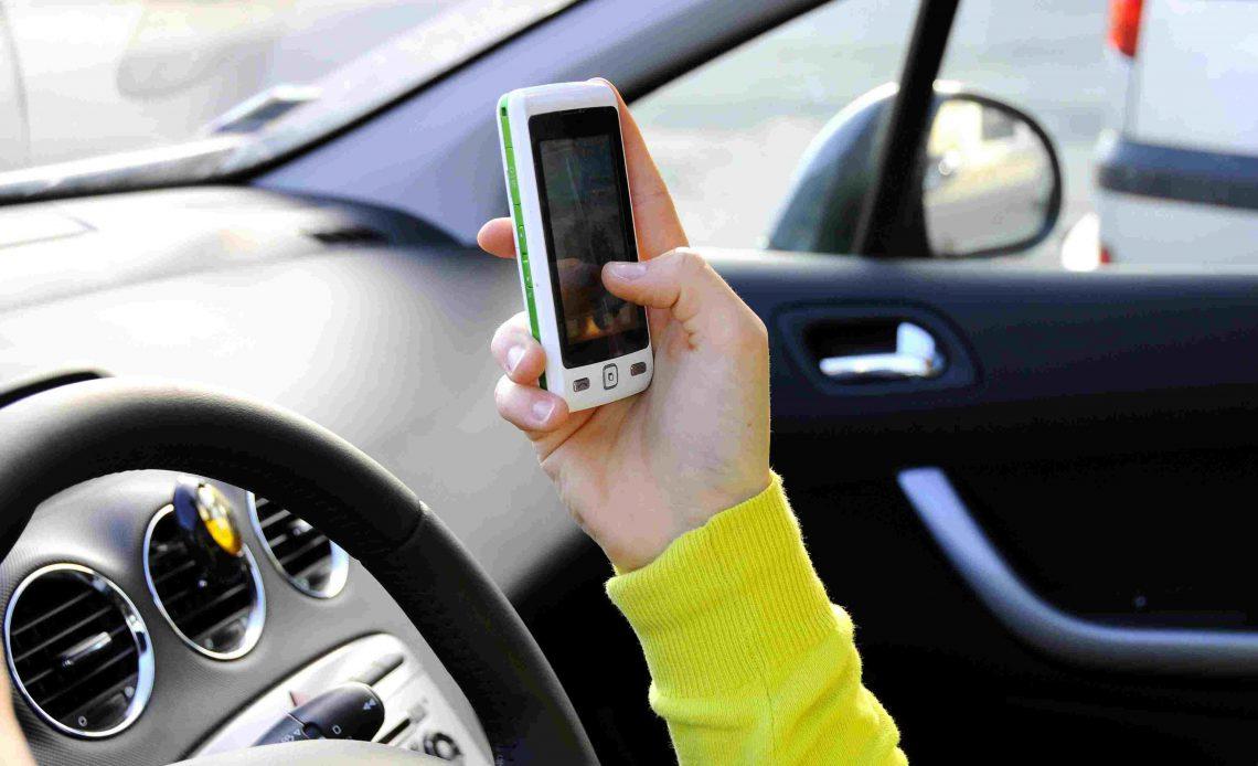Сотовый телефон используется в автомобиле